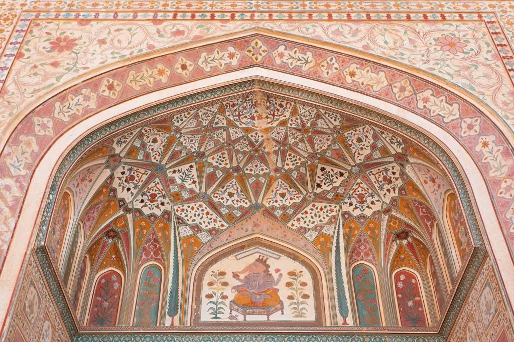 Monuments - Richly painted Indian arch - Bedroom